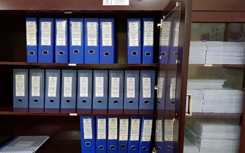 Sắp xếp hồ sơ tài liệu vào tủ lưu trữ