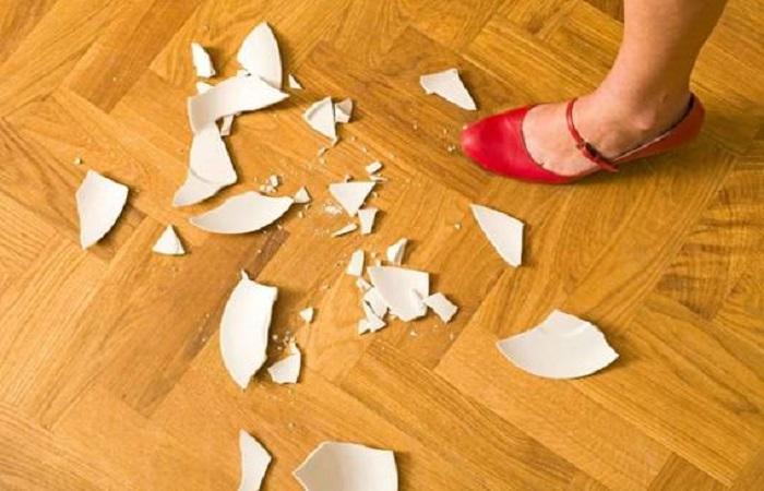 Tránh để đồ đạc rơi vỡ